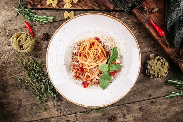 Вид сверху на итальянские спагетти болоньезе с говяжьим фаршем