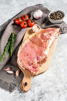 Вид сверху на маринованную котлету из свинины