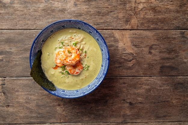 手長海老と抹茶ラーメンのスープの平面図