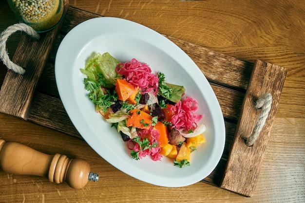 モダンなトップビューの白いボウルのビネグレット。伝統的なサラダビートサラダ。ビーガン料理。食事メニュー。