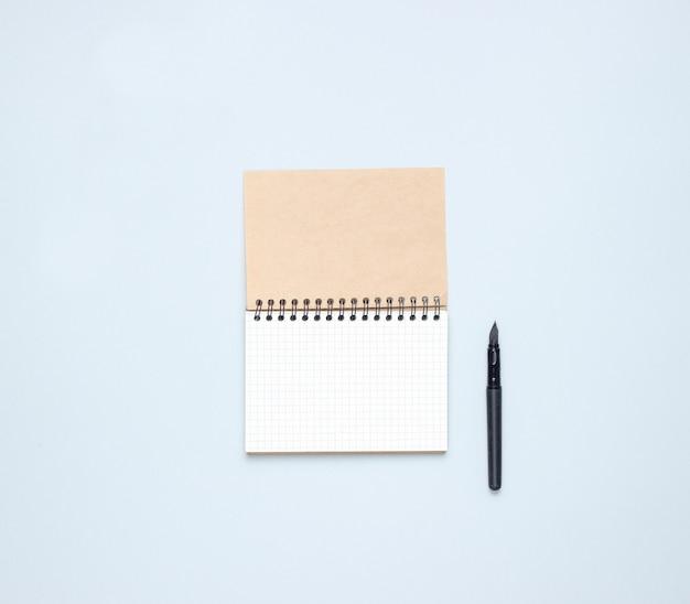 고립 된 펜으로 노트북에서 상위 뷰
