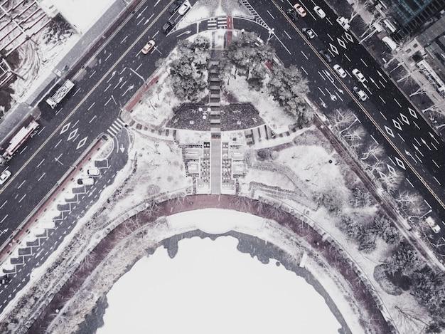 Вид сверху на парк и озеро зимой. сеул, южная корея