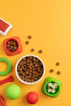Вид сверху на натюрморт аксессуары для домашних животных с мисками для еды