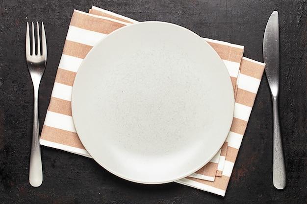 접시 와은 제품에 대한 상위 뷰는 오래 된 소박한에 배치