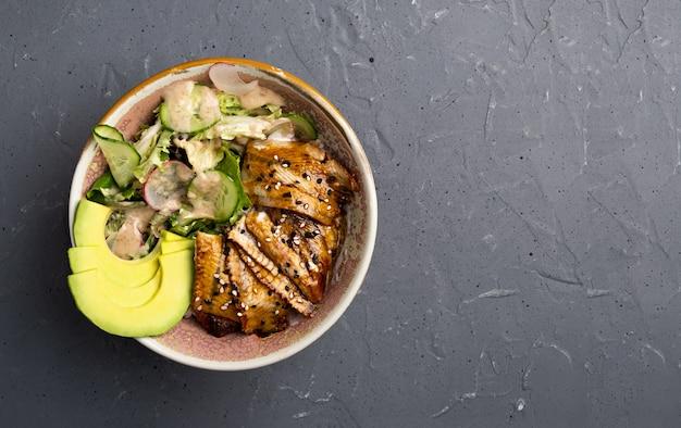 Вид сверху на тыквенный салат с угрем в миске