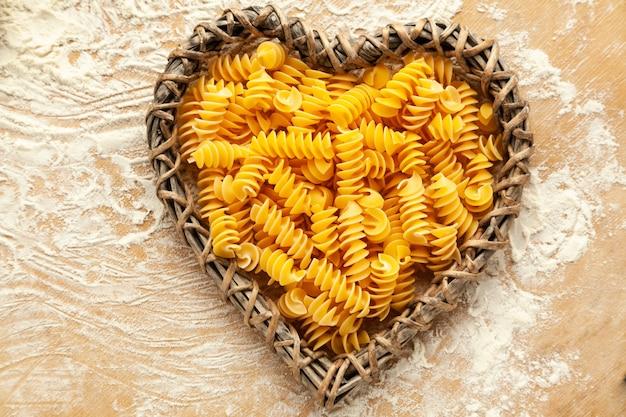小麦粉グルテンフリーの生自家製パスタの上面図ダイエット中の人々のための特別なパスタ