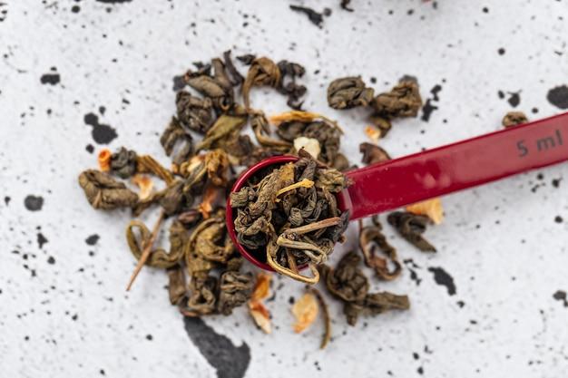 茶を分離したままの赤い計量スプーンの上面図