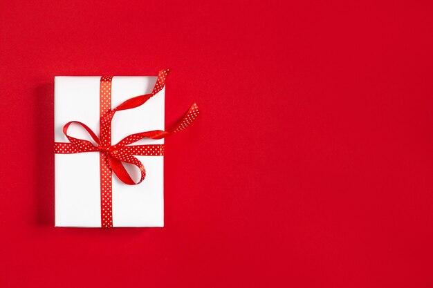 Вид сверху на красную подарочную коробку