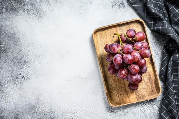 木製のボウルに赤熟したブドウの上面図