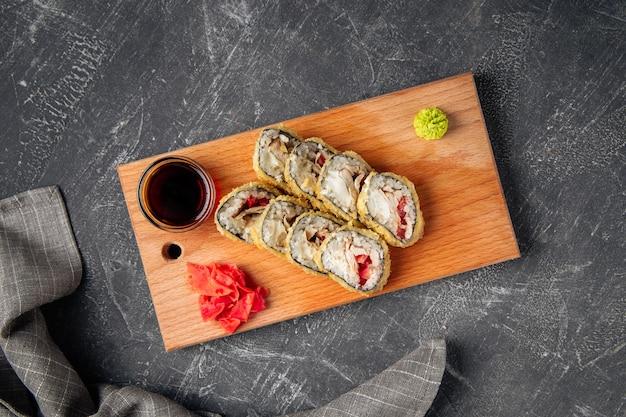 鶏肉とトマトの天ぷら巻き寿司の上面図