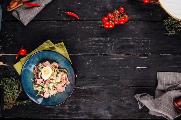 野菜で飾られたサラダの上面図