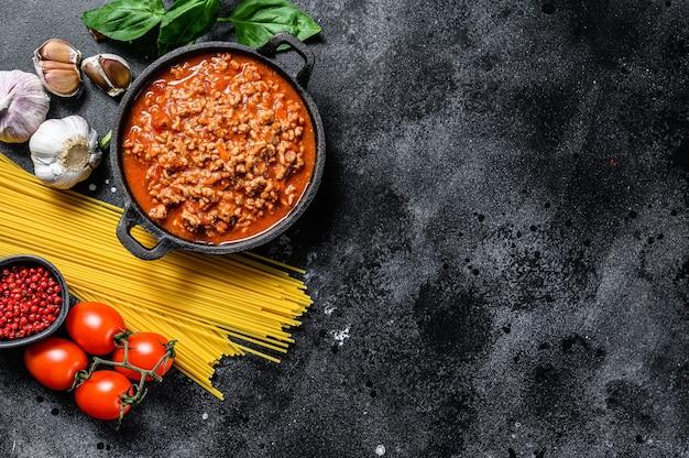 ボロネーゼソースとバジルのスパゲッティの上面図