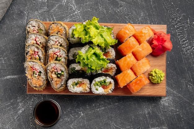 木の板に醤油をセットした巻き寿司の上面図