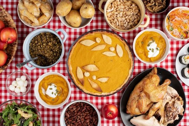 さまざまな種類の食べ物でいっぱいのテーブルの上面図