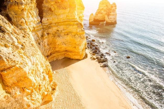 Вид сверху на красивый песчаный пляж на понта-да-пьедаде недалеко от города лагуш в португалии