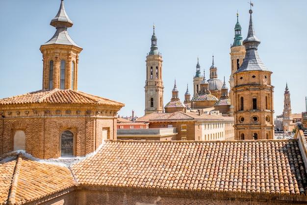 スペインの晴れた日のサラゴサ市の中心部にある教会の屋根と尖塔の上面図