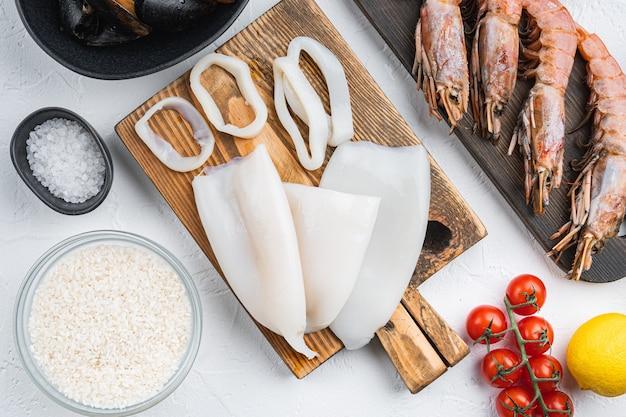 Вид сверху на типичные ингредиенты паэльи из морепродуктов