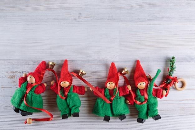 レトロな木製の背景に木製のクリスマスの装飾の上面図。きらめく星と。ホリデーシーズンとお祝いのコンセプト。