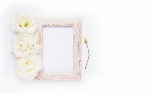 繊細な花と木枠の上面図