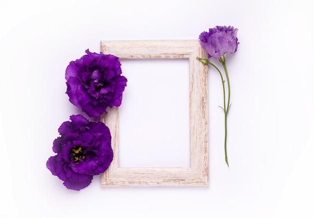 紫色の花と木製フレームの上面図