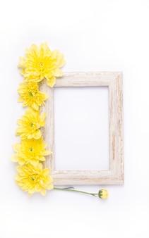 Вид сверху на деревянную раму с желтыми цветами