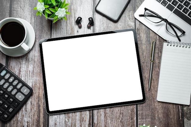 태블릿 빈 흰색 화면 및 편지지 나무 테이블에 최고 볼 수 있습니다.
