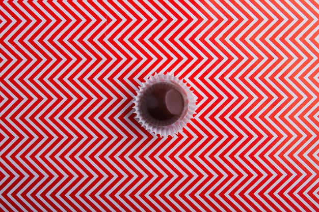 Вид сверху на одну круглую конфету из молочного шоколада