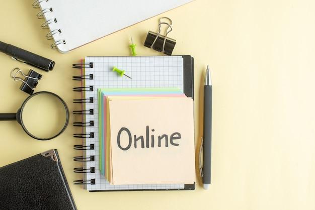 Вид сверху онлайн письменная заметка вместе с красочными маленькими бумажными заметками на светлом фоне блокнот работа ручка школа офис бизнес деньги цвет работа тетрадь