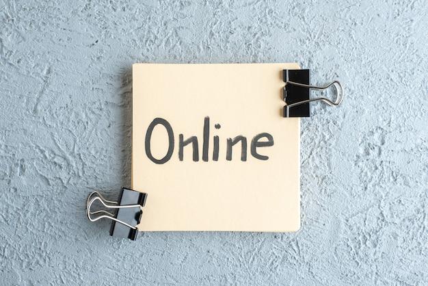 흰색 배경 직업 학교 카피 북 급여 대학 사무실 비즈니스 색상에 스테이플 스티커에 상위 뷰 온라인 서면 메모