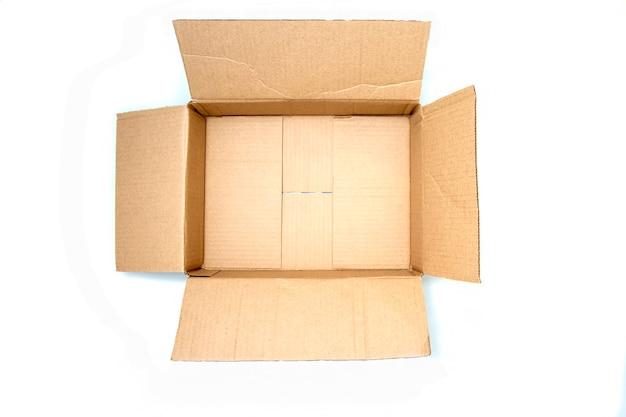 위쪽 보기:복사 공간이 있는 빈 판지 상자를 엽니다. 개념: 이동, 포장, 선물. 외딴