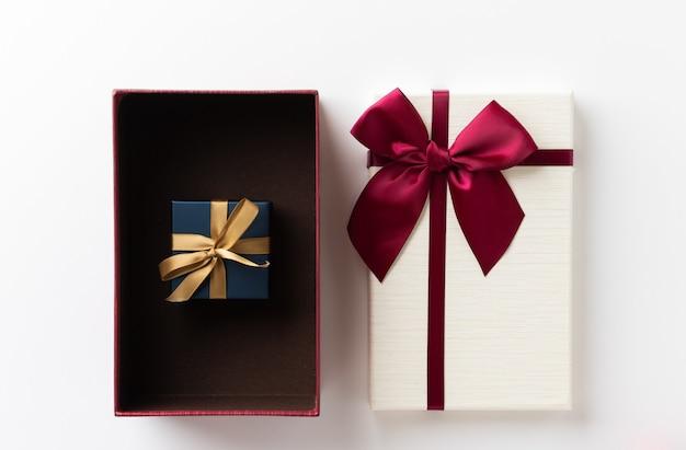 Вид сверху макет открытой подарочной коробки на белом столе