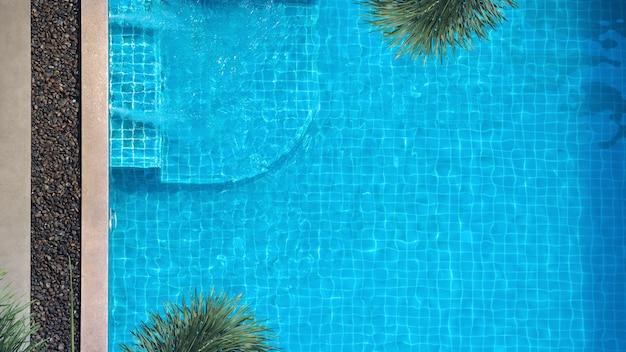 여름 시즌과 화창한 날에 적합한 수영장의 상위 뷰 또는 조감도 이미지
