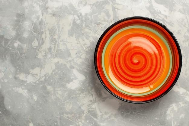 Vista dall'alto arancione vuoto su superficie bianca