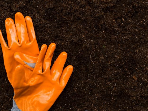 Вид сверху оранжевые садовые перчатки
