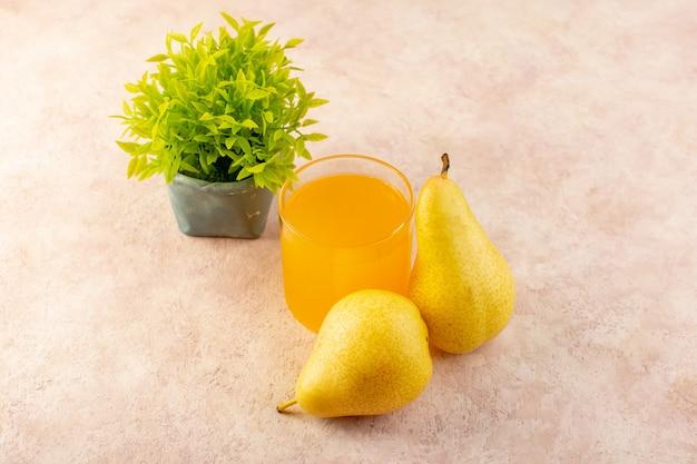 Un succo d'arancia vista dall'alto all'interno di un piccolo bicchiere insieme a pere e piccola pianta sullo sfondo rosa bere frutta