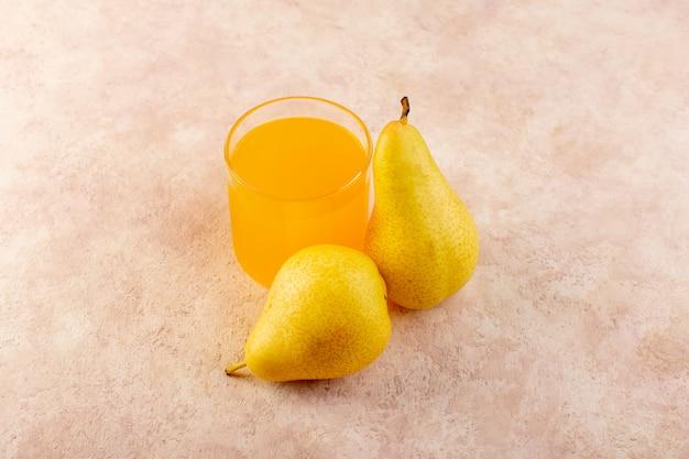 Un succo d'arancia vista dall'alto all'interno di un piccolo bicchiere insieme alle pere sullo sfondo rosa bere frutta