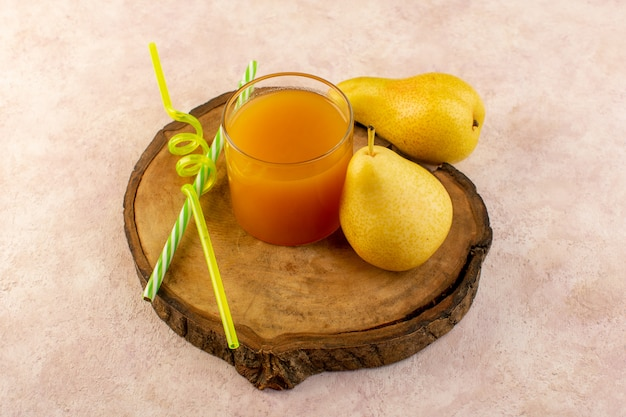 Una vista dall'alto di succo d'arancia all'interno di un piccolo bicchiere con cannucce e pere fresche raffreddamento fresco isolato sulla scrivania in legno marrone e sfondo rosa bere frutta