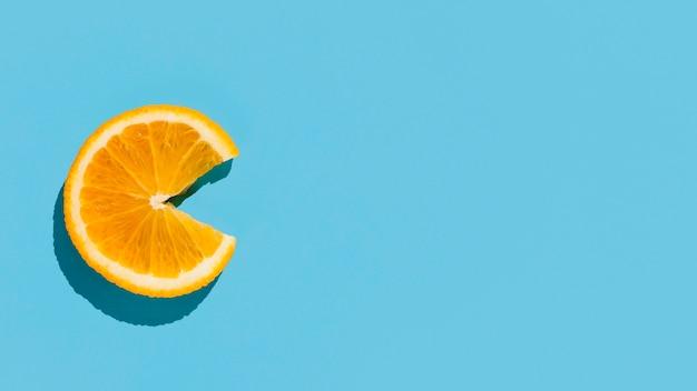 Вид сверху ломтик апельсина с копией пространства