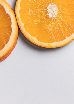 Fette di arancia vista dall'alto con lo spazio della copia