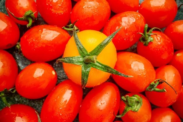 Vista dall'alto pomodori arancioni con pomodori su sfondo scuro foto di frutta albero gusto colore fresco