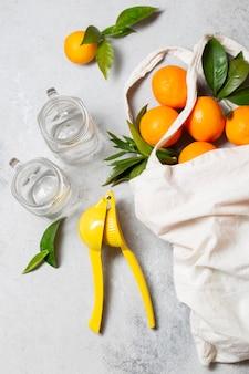 Апельсины в большой сумке с соковыжималкой, вид сверху