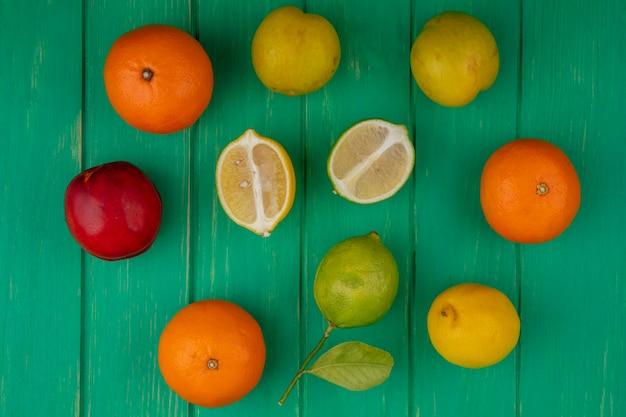 Vista dall'alto arance con lime e limone su sfondo verde