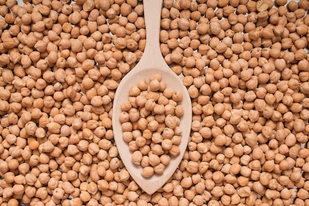 スプーンで有機ひよこ豆の上面図