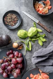 Вид сверху органические фрукты и овощи