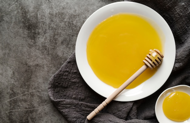 Вид сверху органический мед и ковш