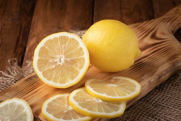 テーブルの上の有機レモンの上面図
