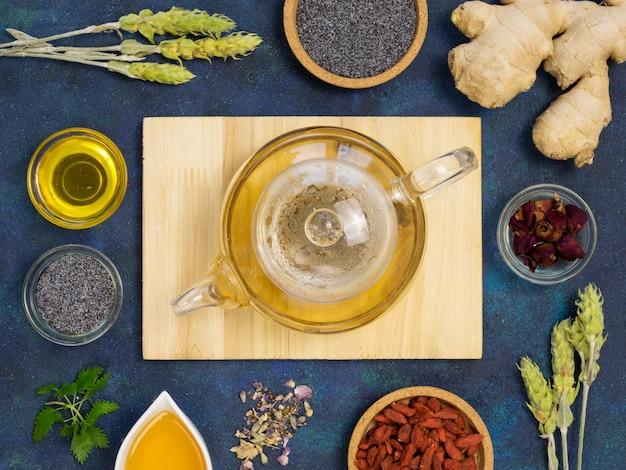 Vista dall'alto di spezie ed erbe medicinali organiche