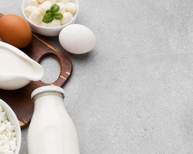 Вид сверху органическое молоко с копией пространства