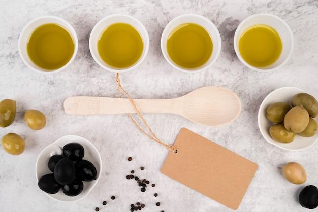 Vista dall'alto olio d'oliva e cucchiaio biologici