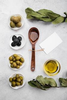 Vista dall'alto olive e cucchiaio biologici